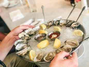 El Santo Barón explica 5 razones por las que comer ostras mejora las relaciones íntimas