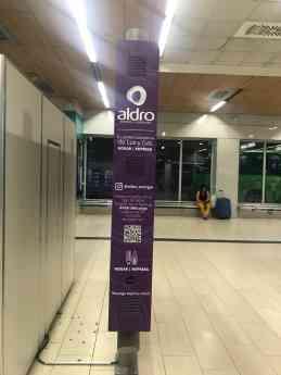 Aldro ayuda a recargar el móvil en el metro de Madrid
